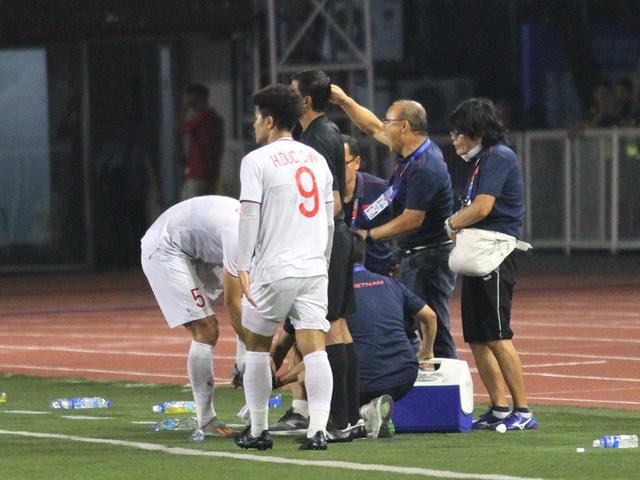 Khoảnh khắc HLV Park Hang Seo bị thẻ đỏ do phản ứng trọng tài - 15
