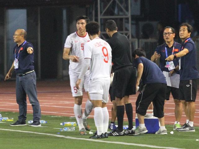 Khoảnh khắc HLV Park Hang Seo bị thẻ đỏ do phản ứng trọng tài - 17