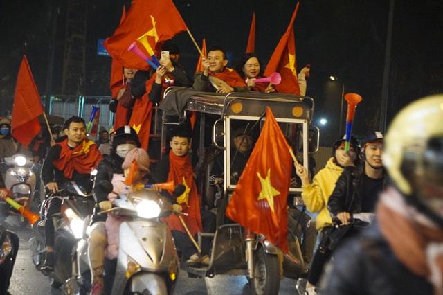 Mừng chiến thắng của tuyển Việt Nam, pháo sáng xuất hiện quanh Hồ Gươm - 5