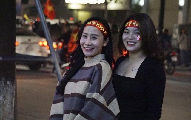 Mừng chiến thắng của tuyển Việt Nam, pháo sáng xuất hiện quanh Hồ Gươm - 9