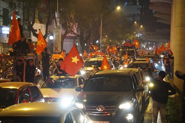 Mừng chiến thắng của tuyển Việt Nam, pháo sáng xuất hiện quanh Hồ Gươm - 8