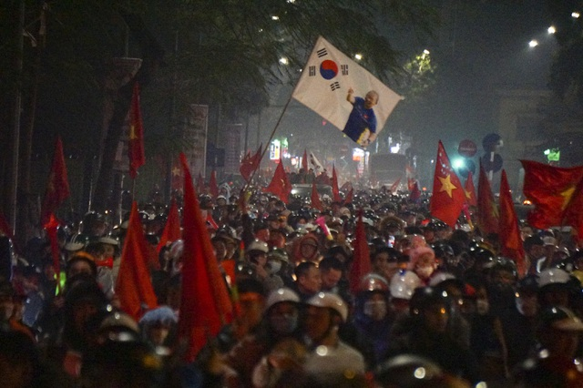 Mừng chiến thắng của tuyển Việt Nam, pháo sáng xuất hiện quanh Hồ Gươm - 2