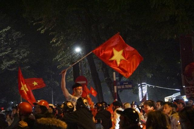 Mừng chiến thắng của tuyển Việt Nam, pháo sáng xuất hiện quanh Hồ Gươm - 7