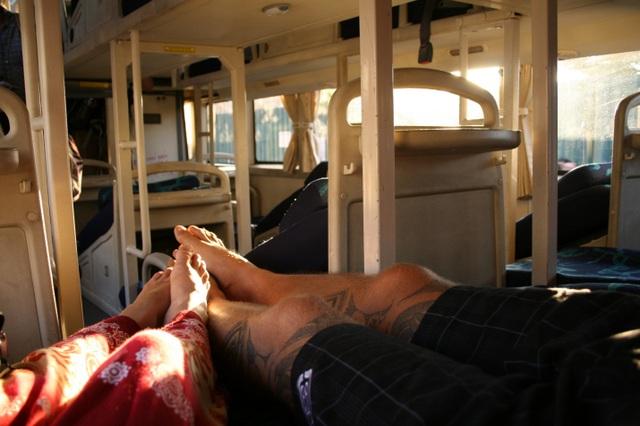 Vừa ngủ vừa gác chân lên ghế nhưng người đàn ông lại được bênh vực - 3