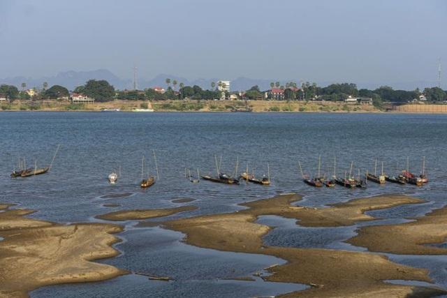 Sông Mekong đổi sang màu lạ vì cạn nước - 1