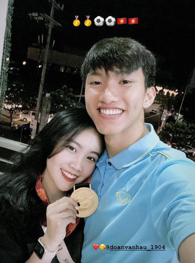 Bạn gái e ấp dựa vai Đoàn Văn Hậu, cùng ăn mừng chiến thắng trước khi xa nhau - 4