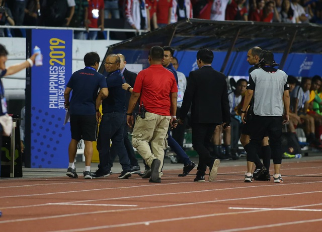 Sau khi nhận thẻ đỏ, HLV Park Hang Seo bị cổ động viên Indonesia đe dọa - 1