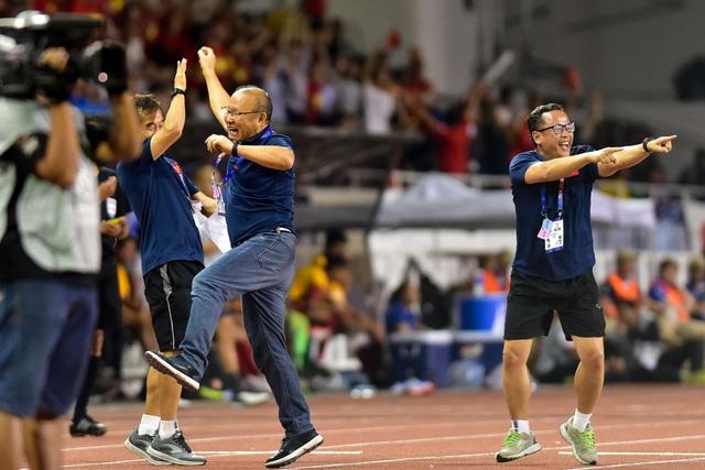 Xúc động giây phút thầy Park vội vã chạy về ôm Quang Hải ăn mừng - 2