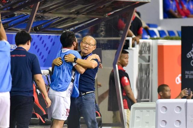 Xúc động giây phút thầy Park vội vã chạy về ôm Quang Hải ăn mừng - 4