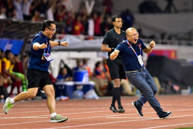 Xúc động giây phút thầy Park vội vã chạy về ôm Quang Hải ăn mừng - 1