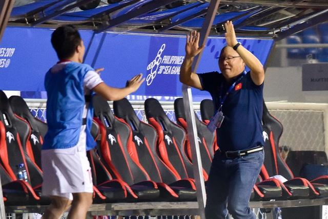 Xúc động giây phút thầy Park vội vã chạy về ôm Quang Hải ăn mừng - 3