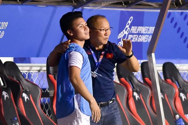 Xúc động giây phút thầy Park vội vã chạy về ôm Quang Hải ăn mừng - 6
