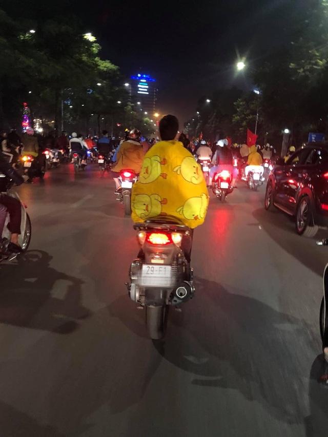 Những hình ảnh ăn mừng bá đạo sau chiến tích của U22 Việt Nam - 5