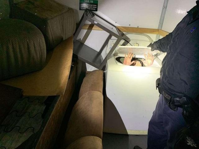 11 người trốn trong máy giặt, tủ quần áo để nhập cư vào Mỹ - 1