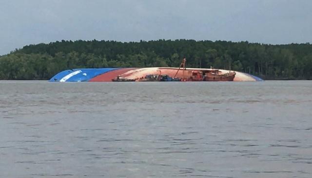 2 người hôn mê, 3 người mất tích khi trục vớt tàu chìm trên sông Lòng Tàu - 1