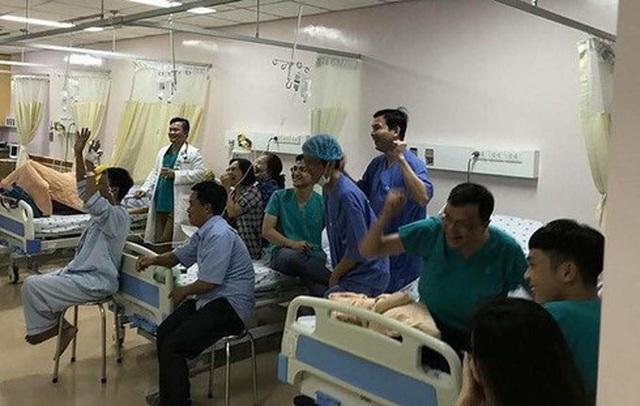 Xúc động hình ảnh cụ ông 80 tuổi đeo máy thở cổ vũ U22 Việt Nam - 1
