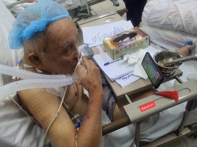 Xúc động hình ảnh cụ ông 80 tuổi đeo máy thở cổ vũ U22 Việt Nam - 2