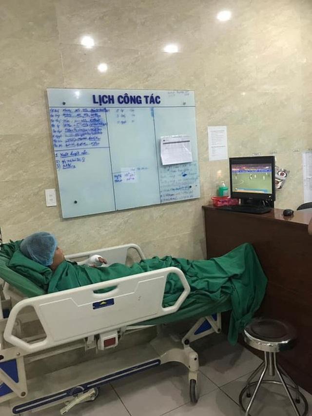 Xúc động hình ảnh cụ ông 80 tuổi đeo máy thở cổ vũ U22 Việt Nam - 3