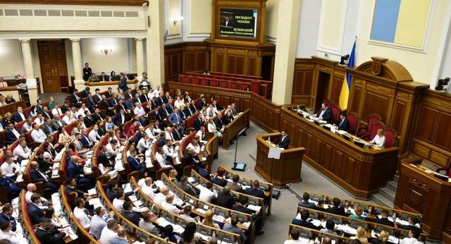Ẩu đả giữa phiên họp quốc hội, nghị sĩ Ukraine nhập viện vì chấn động não - 1