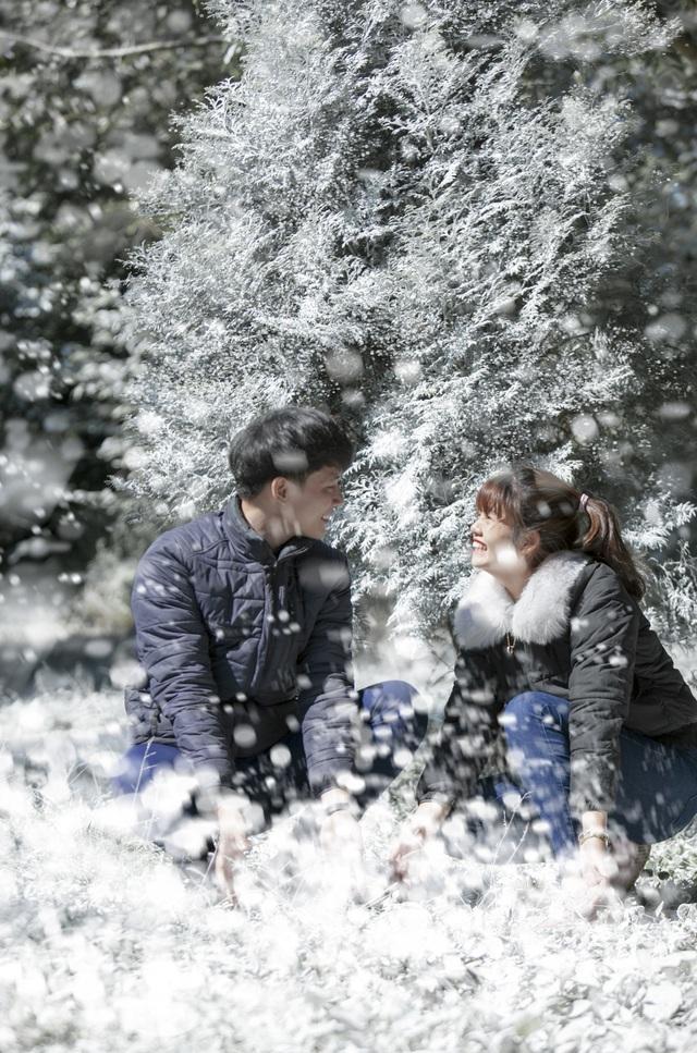 """Giới trẻ đổ xô về rừng bách xanh phủ tuyết trắng ở Ba Vì check-in """"sống ảo"""" - 8"""