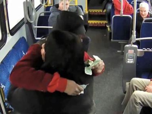 Khách đi xe buýt tưởng là mơ khi được ông già Noel tặng tiền - 2