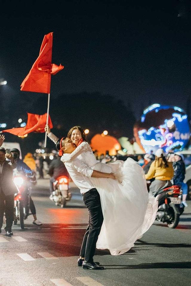 """Cặp đôi chụp ảnh cưới """"đi bão"""" ở Đà Lạt mừng U22 Việt Nam chiến thắng - 2"""