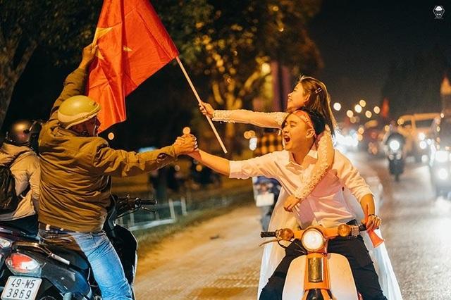 """Cặp đôi chụp ảnh cưới """"đi bão"""" ở Đà Lạt mừng U22 Việt Nam chiến thắng - 3"""
