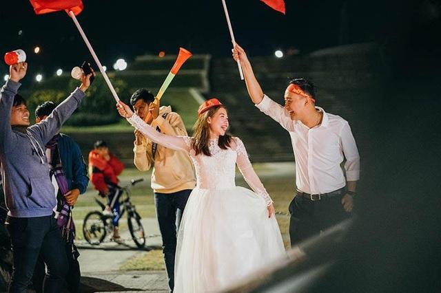 """Cặp đôi chụp ảnh cưới """"đi bão"""" ở Đà Lạt mừng U22 Việt Nam chiến thắng - 4"""