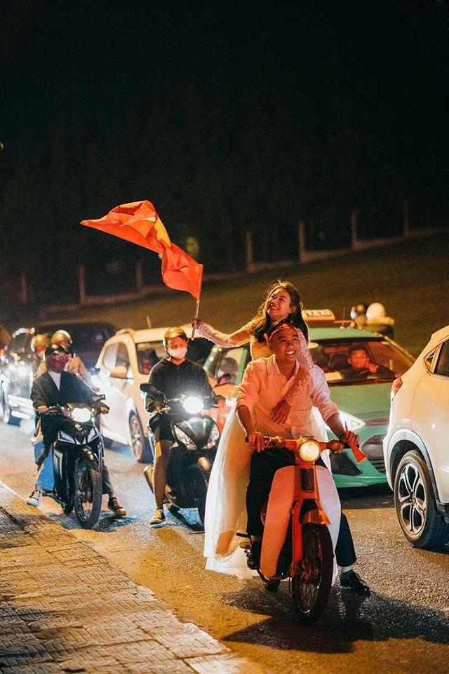 """Cặp đôi chụp ảnh cưới """"đi bão"""" ở Đà Lạt mừng U22 Việt Nam chiến thắng - 5"""
