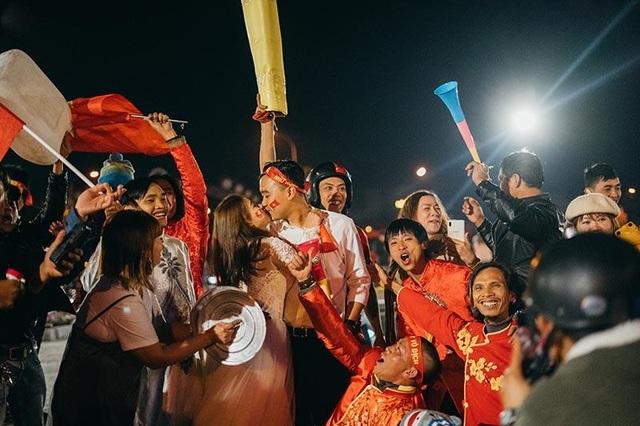 """Cặp đôi chụp ảnh cưới """"đi bão"""" ở Đà Lạt mừng U22 Việt Nam chiến thắng - 8"""
