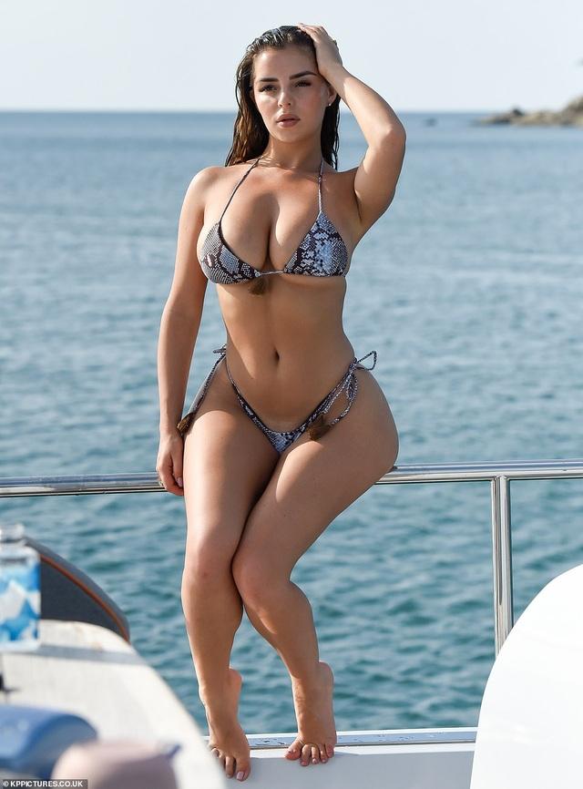 Demi Rose gợi cảm chụp hình trên biển - 2