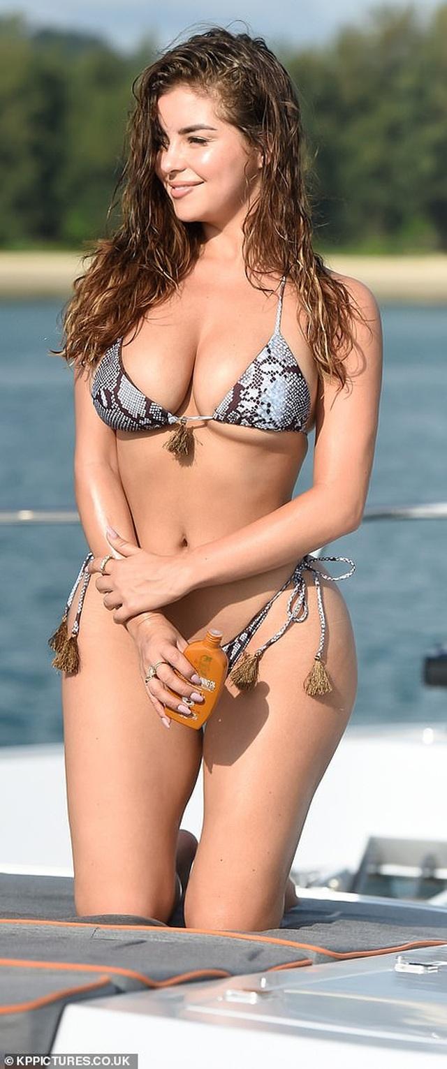 Demi Rose gợi cảm chụp hình trên biển - 1