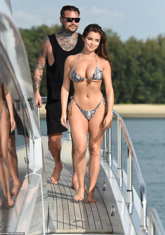 Demi Rose gợi cảm chụp hình trên biển - 4