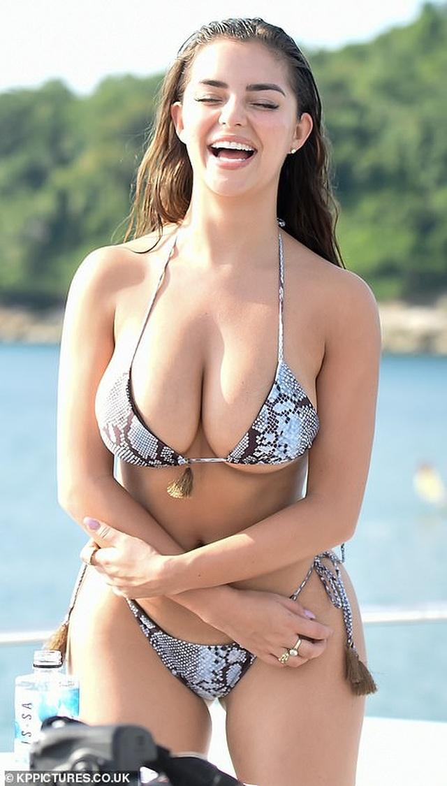 Demi Rose gợi cảm chụp hình trên biển - 9