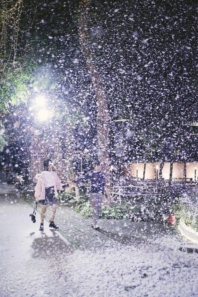 Trường đầu tư máy phun tuyết nhân tạo, sinh viên tha hồ sống ảo mùa Noel - 1