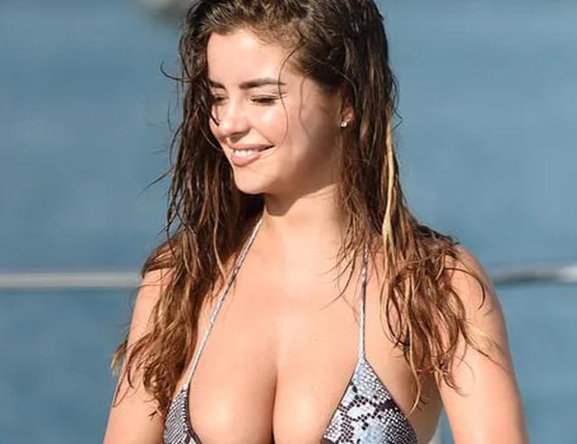 Demi Rose gợi cảm chụp hình trên biển - 7
