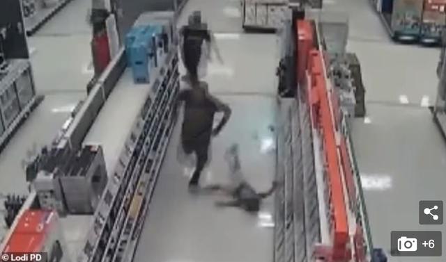 Clip gây sốc: Người đàn ông hung bạo đấm trẻ con trong gian hàng trò chơi điện tử - 1