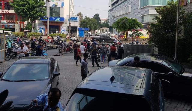 Sốc khoảnh khắc xe sang mất lái tông hàng loạt xe máy trên đường - 1