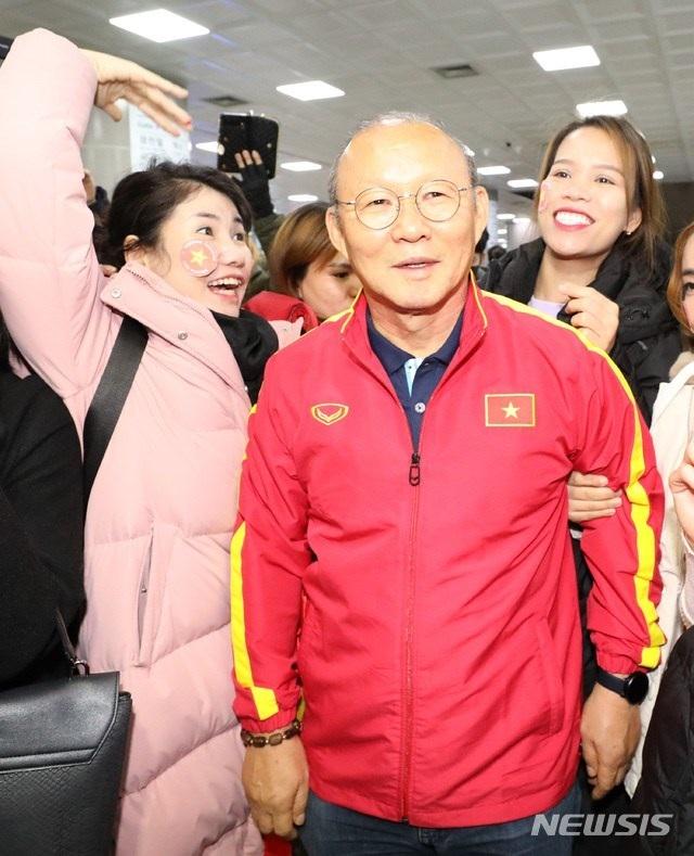 U23 Việt Nam tới Hàn Quốc, HLV Park Hang Seo gây sốt với giới truyền thông - 5