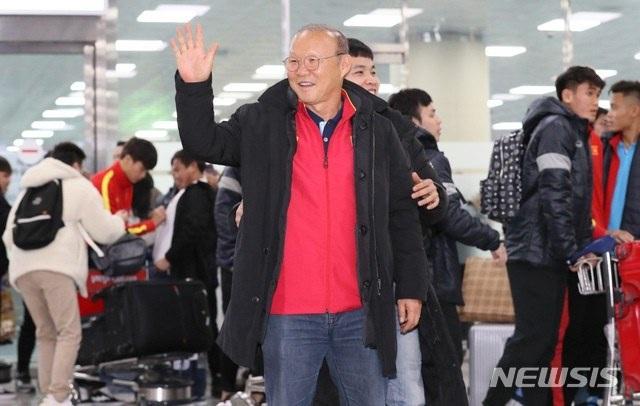 U23 Việt Nam tới Hàn Quốc, HLV Park Hang Seo gây sốt với giới truyền thông - 6