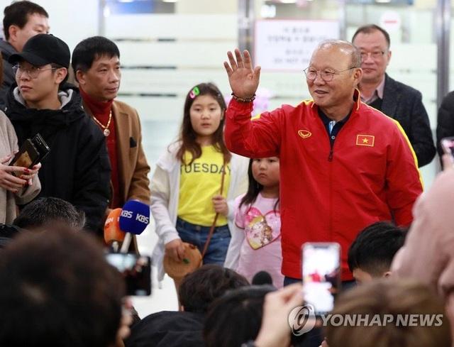 U23 Việt Nam tới Hàn Quốc, HLV Park Hang Seo gây sốt với giới truyền thông - 4