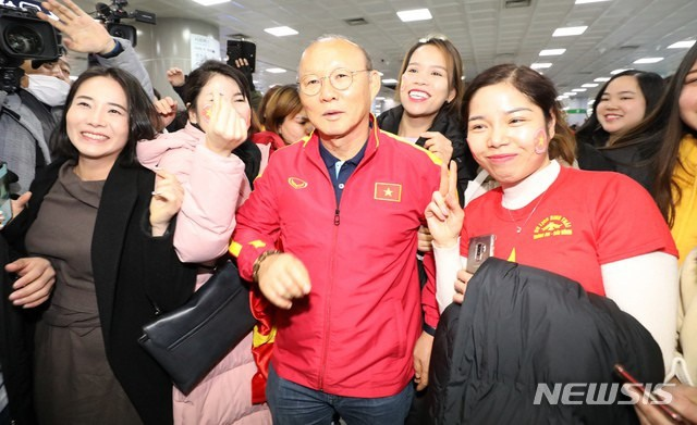 U23 Việt Nam tới Hàn Quốc, HLV Park Hang Seo gây sốt với giới truyền thông - 1