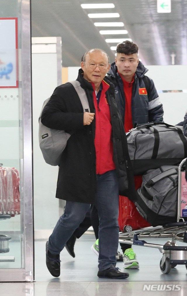 U23 Việt Nam tới Hàn Quốc, HLV Park Hang Seo gây sốt với giới truyền thông - 2