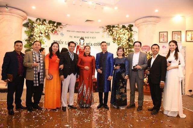 NTK Đỗ Trịnh Hoài Nam giới thiệu áo dài dát vàng đính 110 viên kim cương - 1