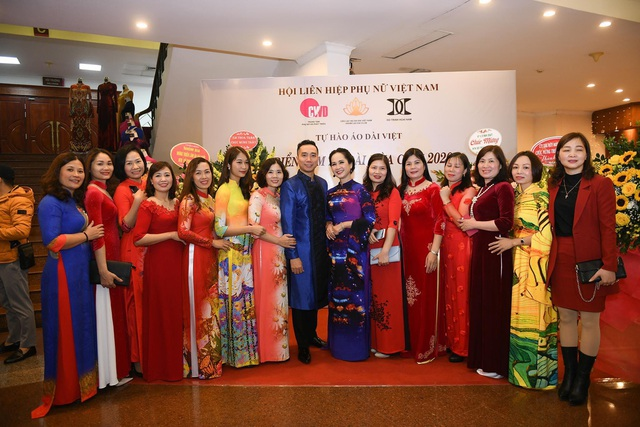 NTK Đỗ Trịnh Hoài Nam giới thiệu áo dài dát vàng đính 110 viên kim cương - 8