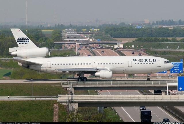 Độc đáo: Khoảnh khắc máy bay phải đi trên cầu vượt cao tốc hàng ngày - 1