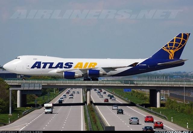 Độc đáo: Khoảnh khắc máy bay phải đi trên cầu vượt cao tốc hàng ngày - 2