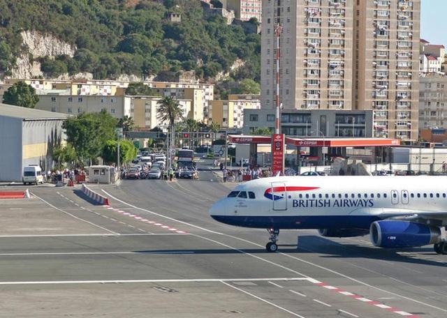 Độc đáo: Khoảnh khắc máy bay phải đi trên cầu vượt cao tốc hàng ngày - 5