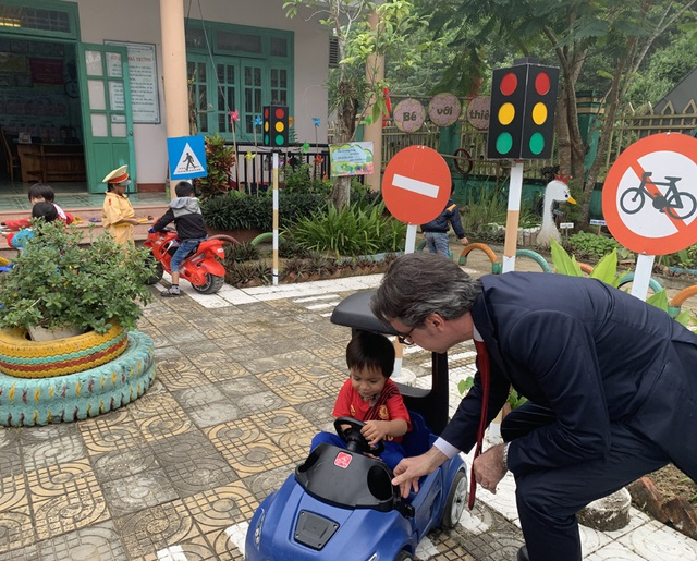 Đại sứ EU với một vé đi tuổi thơ - 12