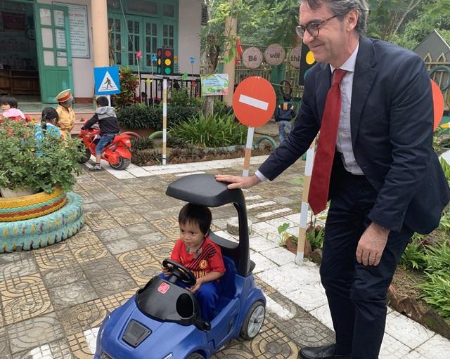 Đại sứ EU với một vé đi tuổi thơ - 13
